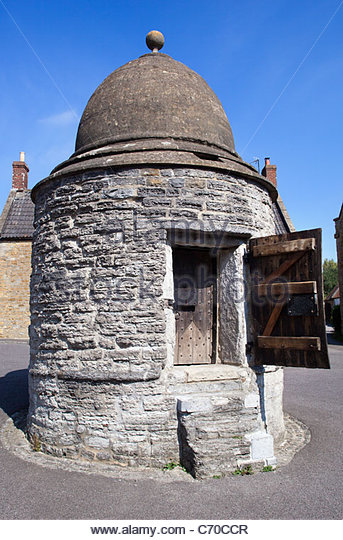 The-old-lock-up-or-round-house-castle-cary-c70ccr